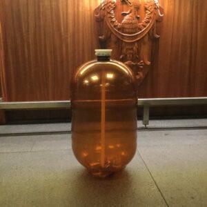 keg plastikowy na tle baru Probus